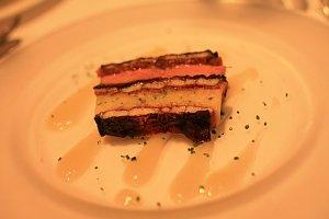 ヴァンデ産フォワグラのテリーヌと国産蒸しうなぎの照り焼きの大理石仕立てローストした玉葱とシードルのヴィネグレットソース
