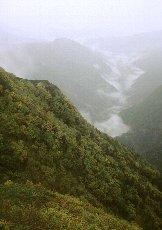 谷筋に雲が溜まる
